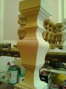 Riproduzione in gesso di un pilastrino in marmo rosso.