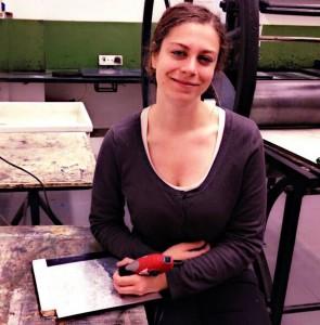 Bianca Provenzale presso un laboratorio di incisione e stampa a Roma.