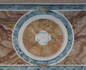 Dettaglio di un paliotto decorato con la tecnica imitativa del marmo.